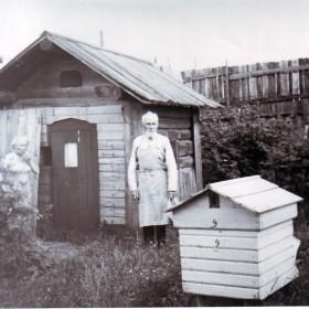 Крестьянин-пчеловод Иван Карпов